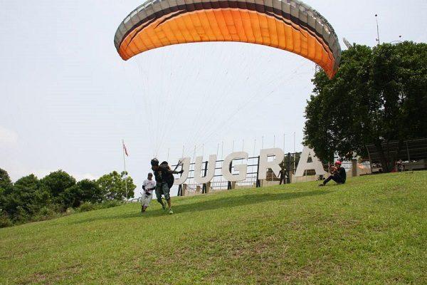 Tempat-Menarik-di-Selangor-Tandem-Paragliding
